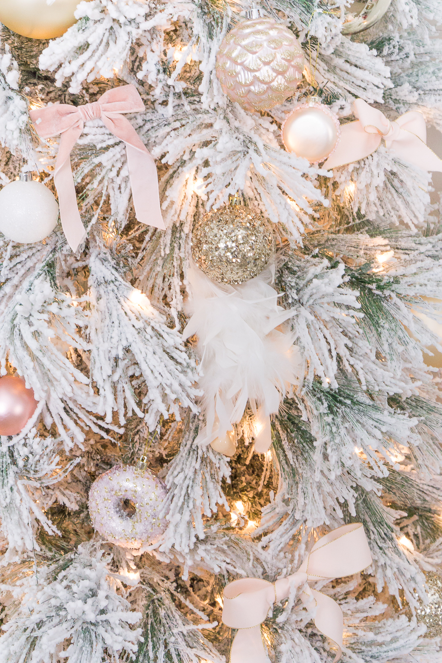 Blush pink holiday Christmas tree decorations - Come discover Pretty Pink Christmas Decor Inspiration with holiday interiors as well as shopping resources. #pinkChristmas #holidaydecor #christmasdecorating